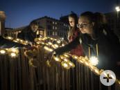 Teilnehmer machen in Berlin im Rahmen einer Aktion des WWF Deutschland mit einer Lichtinstallation auf die Earth Hour 2019 aufmerksam.